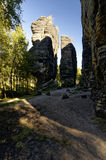 Δύο αποσυνδεμένοι βράχοι στον ήλιο Στοκ εικόνες με δικαίωμα ελεύθερης χρήσης