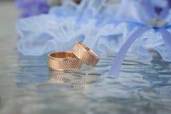 Δύο από τα γαμήλια δαχτυλίδια με το υπόβαθρο bokeh Στοκ Φωτογραφίες