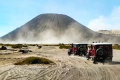 Δύο από την πλαϊνή οδήγηση οχημάτων μέσω της ερήμου με το beautifu Στοκ Φωτογραφία
