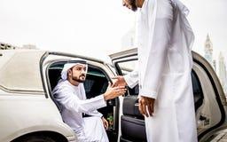 Δύο αραβικοί επιχειρηματίες που μιλούν για την επιχείρηση στο λι επιχείρησης στοκ εικόνες