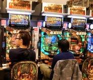 Δύο αρσενικά που παίζουν σε μια αίθουσα Pacinko στο Τόκιο, Ιαπωνία Στοκ φωτογραφία με δικαίωμα ελεύθερης χρήσης