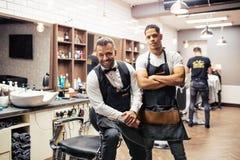 Δύο αρσενικά haidressers και hairstylists που κάθονται στο κατάστημα κουρέων στοκ φωτογραφίες με δικαίωμα ελεύθερης χρήσης