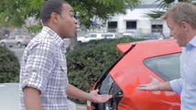 Δύο αρσενικοί οδηγοί που υποστηρίζουν μετά από το τροχαίο ατύχημα απόθεμα βίντεο