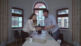 Δύο αρχιτέκτονες που γιορτάζουν τις καλές ειδήσεις απόθεμα βίντεο