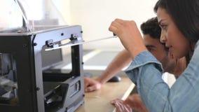 Δύο αρχιτέκτονες που χρησιμοποιούν τον τρισδιάστατο εκτυπωτή για να κάνει τα πρότυπα για το πρόγραμμα απόθεμα βίντεο
