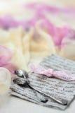 Δύο ασημένια κουταλάκια του γλυκού σε μια επιστολή Στοκ εικόνες με δικαίωμα ελεύθερης χρήσης