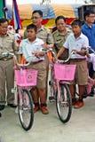 Δύο ασιατικά αγόρια στέκονται εκτός από κάθε ένα ποδήλατο στοκ φωτογραφία με δικαίωμα ελεύθερης χρήσης