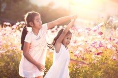 Δύο ασιατικά κορίτσια παιδιών που έχουν τη διασκέδαση για να παίξει και να χορεψει από κοινού Στοκ εικόνες με δικαίωμα ελεύθερης χρήσης