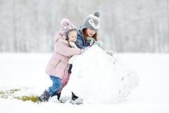 Δύο αστείες λατρευτές μικρές αδελφές στο χειμερινό πάρκο Στοκ Φωτογραφία