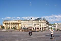 Δύο αστυνομικοί που περπατούν σε Manezhnaya τακτοποιούν στη Μόσχα, Ρωσία Γεια στοκ εικόνες