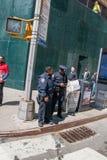 Δύο αστυνομικοί πόλεων της Νέας Υόρκης που μιλούν σε μια γωνία του δρόμου του Μανχάταν στοκ εικόνα με δικαίωμα ελεύθερης χρήσης