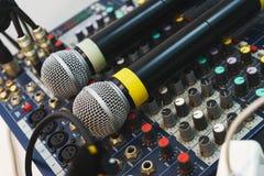 Δύο ασύρματα μικρόφωνα για τα γεγονότα οικοδεσποτών στο DJ σας που αναμιγνύει την κονσόλα Στοκ Εικόνα
