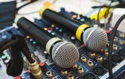 Δύο ασύρματα μικρόφωνα για τα γεγονότα οικοδεσποτών στο DJ σας που αναμιγνύει την κονσόλα Στοκ εικόνα με δικαίωμα ελεύθερης χρήσης