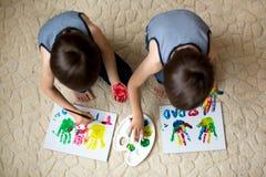 Δύο λατρευτά αγόρια, που προετοιμάζουν το δώρο ημέρας πατέρων για τον μπαμπά, ζωγραφική Στοκ Εικόνες