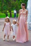 Δύο λατρευτά κορίτσια με τη μητέρα τους υπαίθρια στοκ φωτογραφία με δικαίωμα ελεύθερης χρήσης