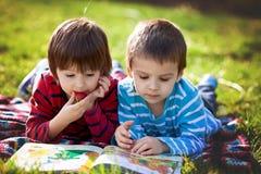 Δύο λατρευτά χαριτωμένα καυκάσια αγόρια, που βρίσκονται στο πάρκο σε ένα λεπτό SU Στοκ εικόνες με δικαίωμα ελεύθερης χρήσης