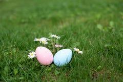Δύο αυγά Πάσχας, μεταλλικός θόρυβος και μπλε, σε μια χλόη στοκ φωτογραφίες με δικαίωμα ελεύθερης χρήσης
