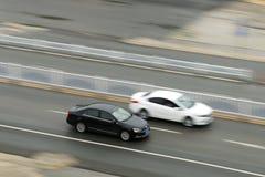 Δύο αυτοκίνητα που κάτω από το δρόμο στοκ εικόνες