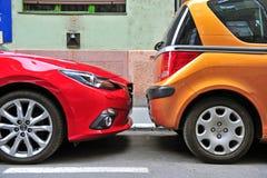 Δύο αυτοκίνητα που σταθμεύουν στην οδό Στοκ Φωτογραφία