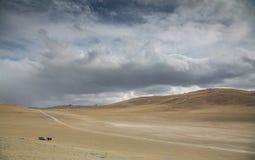 Δύο αυτοκίνητα στην απόσταση στο δυτικό μογγολικό τοπίο Στοκ εικόνα με δικαίωμα ελεύθερης χρήσης