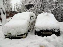 Δύο αυτοκίνητα στην περιτύλιξη του χιονιού Στοκ φωτογραφίες με δικαίωμα ελεύθερης χρήσης