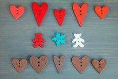 Δύο αφορούν με τις καρδιές και snowflake το γκρίζο ξύλινο υπόβαθρο ελεύθερη απεικόνιση δικαιώματος