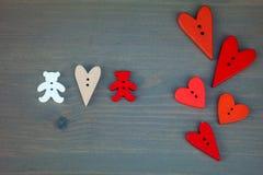 Δύο αφορούν με τις καρδιές το γκρίζο ξύλινο υπόβαθρο στοκ φωτογραφία