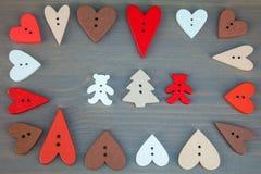 Δύο αφορούν με τις καρδιές το γκρίζο ξύλινο υπόβαθρο στοκ φωτογραφία με δικαίωμα ελεύθερης χρήσης