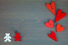 Δύο αφορούν με τις καρδιές το γκρίζο ξύλινο υπόβαθρο απεικόνιση αποθεμάτων