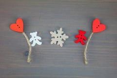 Δύο αφορούν με τις μπαλόνι-καρδιές και snowflake το γκρίζο ξύλινο υπόβαθρο ελεύθερη απεικόνιση δικαιώματος