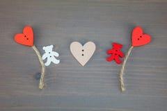 Δύο αφορούν με τις μπαλόνι-καρδιές το γκρίζο ξύλινο υπόβαθρο στοκ εικόνες