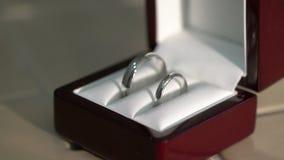 Δύο δαχτυλίδια κοσμήματος σε ένα ξύλινο κιβώτιο φιλμ μικρού μήκους