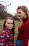 Δύο αδελφές μια που εξετάζουν άλλη Στοκ Φωτογραφία
