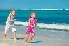 Δύο αδελφές που τρέχουν στην παραλία Στοκ εικόνα με δικαίωμα ελεύθερης χρήσης
