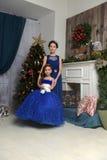 Δύο αδελφές στο χριστουγεννιάτικο δέντρο στοκ φωτογραφία με δικαίωμα ελεύθερης χρήσης