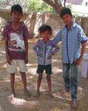 Δύο αδελφοί και η αδελφή τους στέκονται υπαίθριοι στοκ φωτογραφία με δικαίωμα ελεύθερης χρήσης