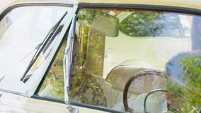 Δύο αδελφοί παίζουν στην μπροστινή συνεδρίαση του αναδρομικού αυτοκινήτου φιλμ μικρού μήκους