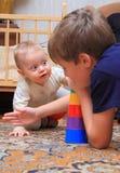 Δύο αδελφοί παίζουν στο σπίτι στοκ εικόνες με δικαίωμα ελεύθερης χρήσης