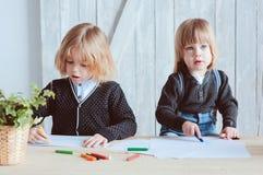 Δύο αδελφοί παιδιών που σύρουν μαζί στο σπίτι Ευτυχείς αμφιθαλείς που ξοδεύουν το χρόνο από κοινού Στοκ φωτογραφία με δικαίωμα ελεύθερης χρήσης
