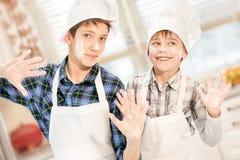 Δύο αδελφοί στα καπέλα μαγείρων Στοκ Εικόνα