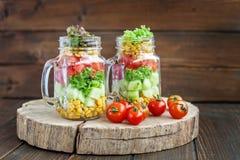 Δύο βάζα γυαλιού με τις φυτικές ντομάτες σαλάτας και κερασιών Υγιής Στοκ φωτογραφίες με δικαίωμα ελεύθερης χρήσης