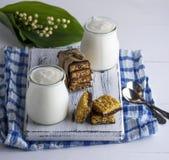 Δύο βάζα με το σπιτικό γιαούρτι και πρόχειρα φαγητά από το muesli Στοκ Φωτογραφίες