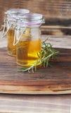 Δύο βάζα του μελιού με το δεντρολίβανο Στοκ εικόνα με δικαίωμα ελεύθερης χρήσης