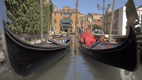 Δύο βάρκες γονδολών στη Βενετία Ιταλία απόθεμα βίντεο