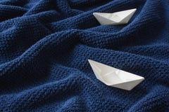 Δύο βάρκες εγγράφου στο μπλε κυματιστό ύφασμα βαμβακιού Στοκ εικόνα με δικαίωμα ελεύθερης χρήσης