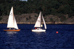 Δύο βάρκες πανιών samll στοκ φωτογραφία με δικαίωμα ελεύθερης χρήσης