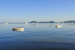 Δύο βάρκες σε ανάπαυση σε ένα λιμάνι στοκ φωτογραφία με δικαίωμα ελεύθερης χρήσης