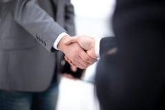Δύο βέβαια χέρια τινάγματος επιχειρησιακών ατόμων κατά τη διάρκεια μιας συνεδρίασης στην αρχή, της επιτυχίας, της συναλλαγής, του Στοκ Φωτογραφίες