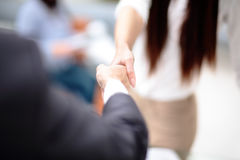 Δύο βέβαια χέρια τινάγματος επιχειρησιακών ατόμων κατά τη διάρκεια μιας συνεδρίασης στην αρχή, της επιτυχίας, της συναλλαγής, του Στοκ φωτογραφία με δικαίωμα ελεύθερης χρήσης