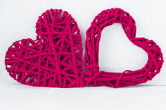 Δύο βαθιά - υφαμένες ροζ καρδιές δίπλα-δίπλα στο άσπρο υπόβαθρο στοκ εικόνα με δικαίωμα ελεύθερης χρήσης
